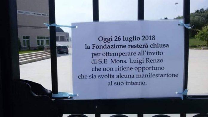 Il cartello comparso sul cancello della Villa della Gioia