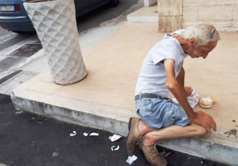"""Vivere e soffrire su un marciapiede di Vibo Marina, il grido d'aiuto di Giovanni """"Little Tony"""""""