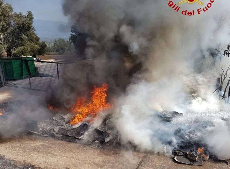 Incendio all'isola ecologica di San Gregorio, in fiamme diversi cumuli di rifiuti (VIDEO-FOTO)