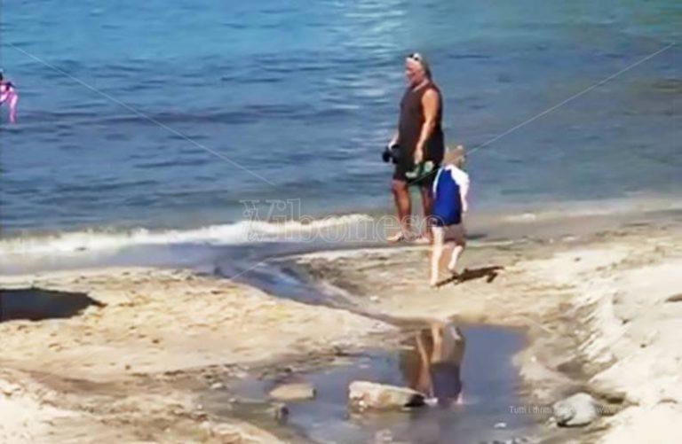 """Ricadi, un """"fiume"""" di liquami invade la strada e si riversa in mare (VIDEO)"""