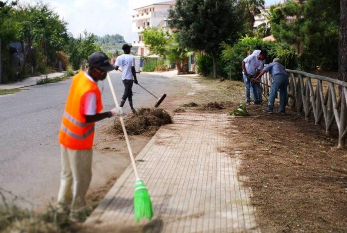 MIgranti ripuliscono un'area del Comune di Ionadi