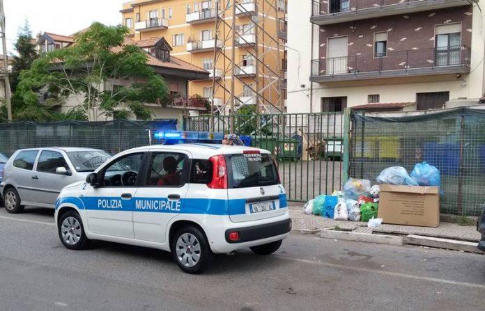 Rifiuti in strada in via Pellicanò a Vibo