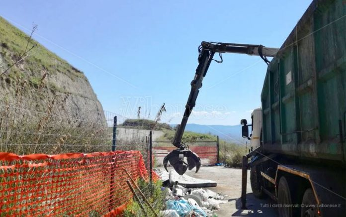 Rimozione di rifiuti all'imbocco dell'incompiuta Tangenziale est