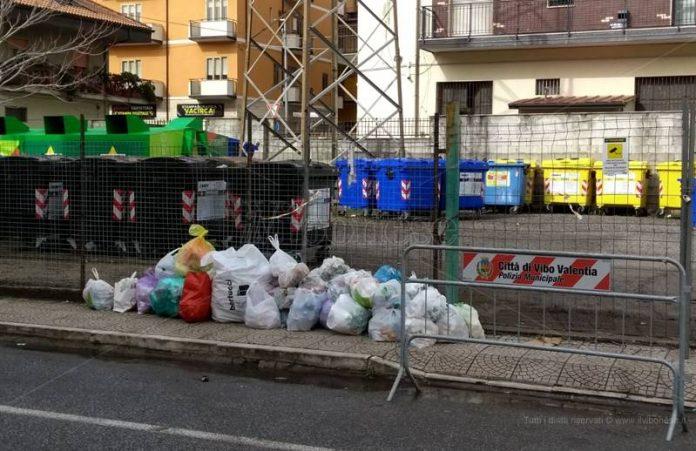 Rifiuti abbandonati in via Pellicanò