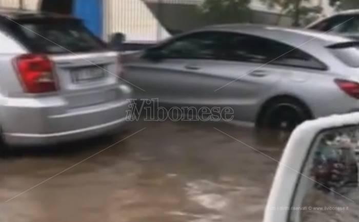 Intensa precipitazione su Tropea, allagamenti al porto e turisti in fuga dalle spiagge (VIDEO)