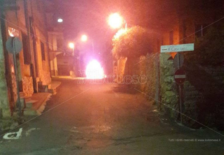 In fiamme nella notte un'auto a Nicotera, indagini