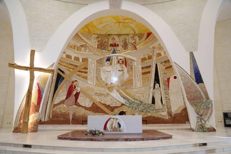 """L'altare della """"Grande chiesa"""" voluta da Natuzza Evolo"""