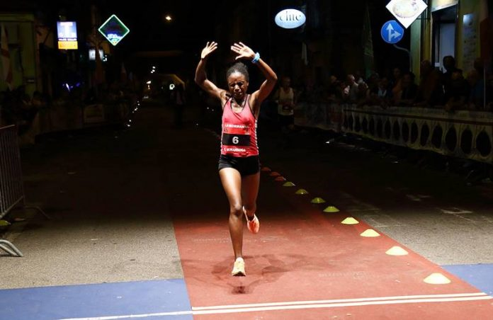 L'atleta ruandese Mukandanga taglia il traguardo
