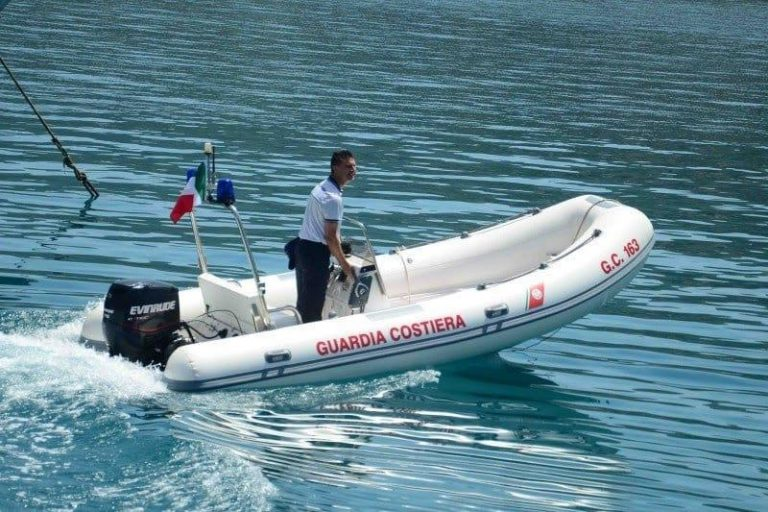 Bagnante in difficoltà salvato dalla Guardia costiera a Baia di Riaci