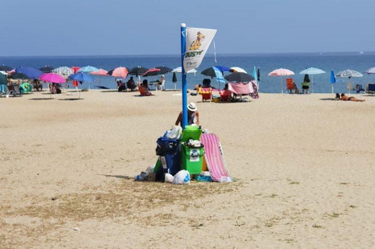 Lo Yin e Yang della monnezza prende forma a Bivona: spiaggia pulita a metà