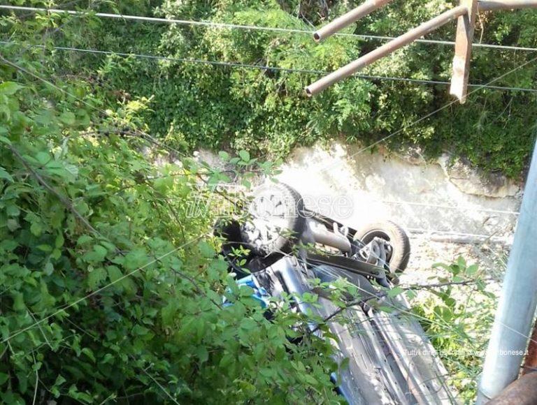 Bivona, precipita con la sua auto giù dal ponte e finisce sui binari: illeso (FOTO)