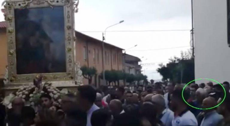 Il boss in processione, Zungri si divide e c'è chi difende Accorinti: «E' un santo» (VIDEO)