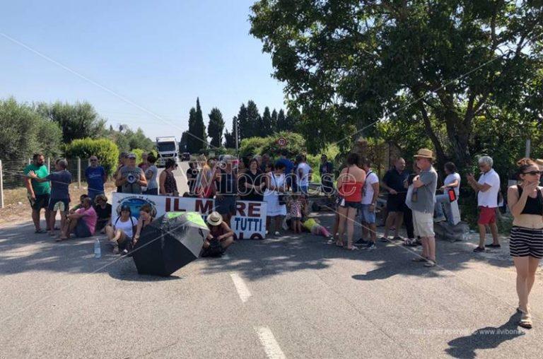 Mare sporco, degrado, omicidi: il Movimento 14 luglio suona la sveglia a Nicotera (VIDEO)