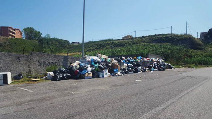 """Rifiuti e deposito a Briatico: """"pugno duro"""" dei commissari per i non residenti"""