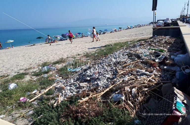 """Lo """"scandalo al sole"""" di Vibo Marina: mare caraibico e… monnezza in spiaggia (VIDEO)"""