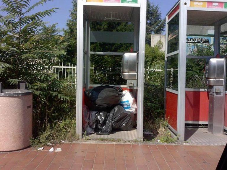 """""""Cartoline"""" da Vibo: spazzatura nella cabina telefonica e busto di Ammirà fra le erbacce"""