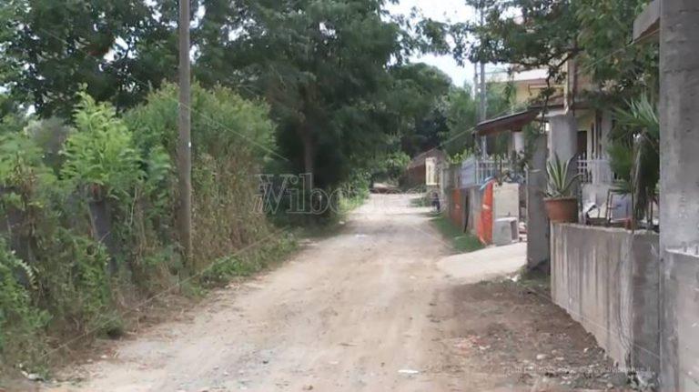 La strada (disastrata) è a San Gregorio ma i residenti sono di Vibo: il paradosso è servito (VIDEO)
