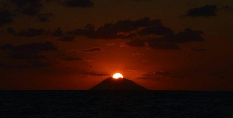 Tropea, lo spettacolo mozzafiato del bacio tra il sole e lo Stromboli