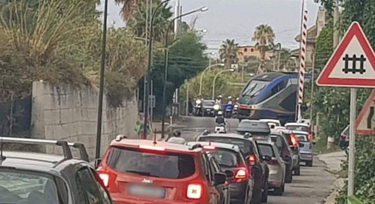 Pericolo a Santa Domenica, il treno transita con il passaggio a livello aperto