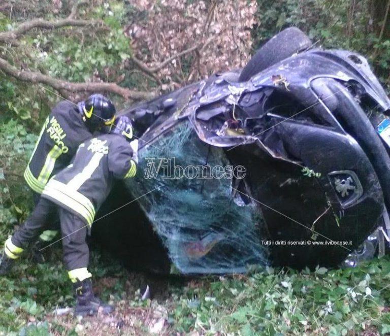 Grave incidente stradale a Coccorino: finisce con l'auto in un burrone (VIDEO)