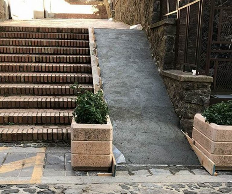 """""""Cartoline"""" da Vibo: rampa per disabili in cemento sopra la storica scalinata"""