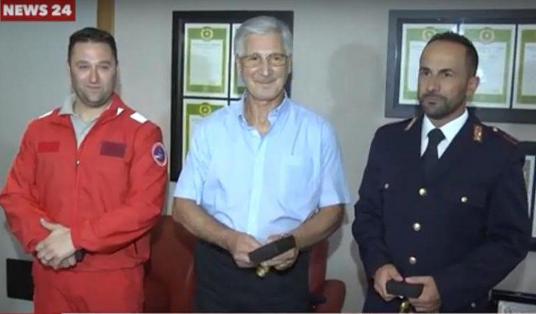 Salvato in mare a Vibo Marina ha riabbracciato in Questura i suoi eroi (VIDEO)