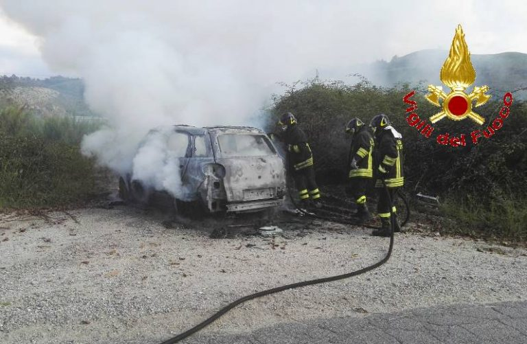 Vazzano, auto in fiamme lungo la provinciale (FOTO)