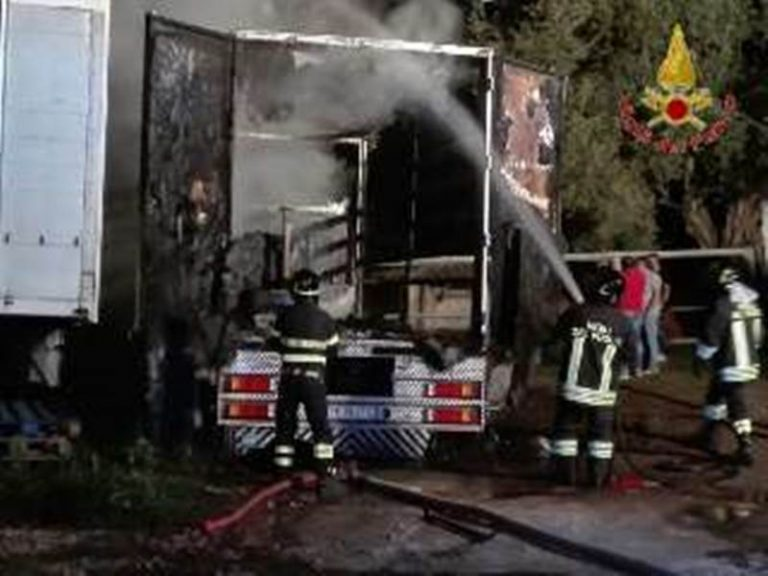 Due mezzi in fiamme nel Vibonese, indagano i carabinieri