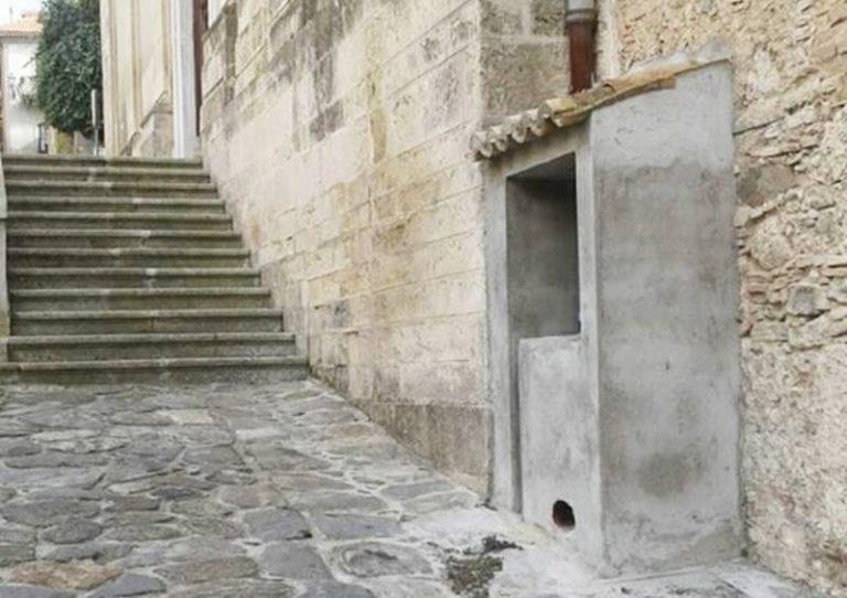 """""""Casetta"""" in muratura sulla facciata di San Giuseppe, lo sdegno sui social la fa demolire"""