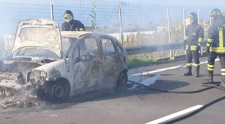 Paura sull'A2, vettura in fiamme nel tratto vibonese dell'autostrada (FOTO)