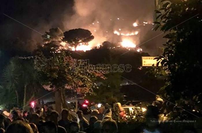 Fuochi d'artificio causano incendio, panico durante la festa a Brattirò (VIDEO)
