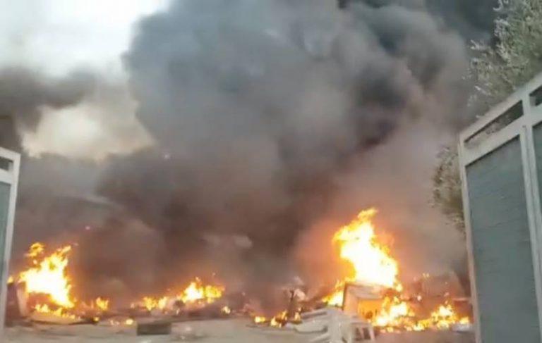 Vasto incendio nell'isola ecologica di Nicotera: nube tossica invade il paese