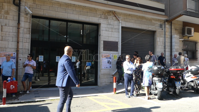 Scioperano i vigilantes e la sede Inps resta chiusa, disagi e tensione a Vibo (VIDEO)