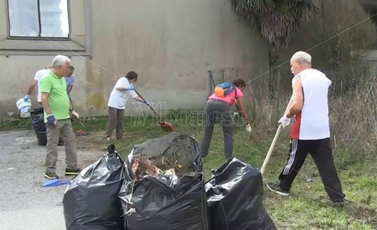 Degrado al cimitero di Vibo, i cittadini si attivano per ripulire l'area (VIDEO)
