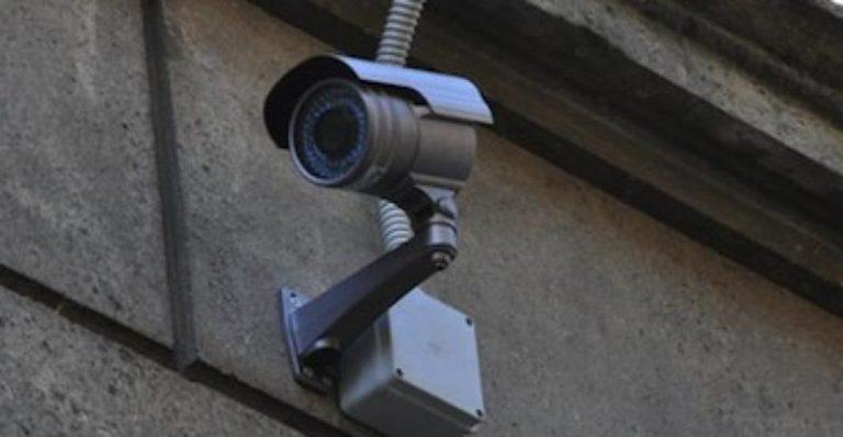 Furto in un negozio di Tropea ripreso dalle telecamere, si cercano i responsabili (VIDEO)