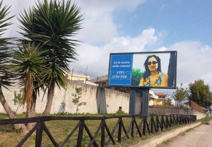 Il manifesto dedicato a Brunella Polimeni