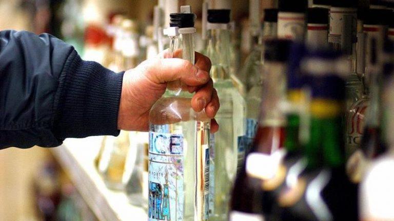 Furto di alcolici in un supermercato, due arresti nelle Serre
