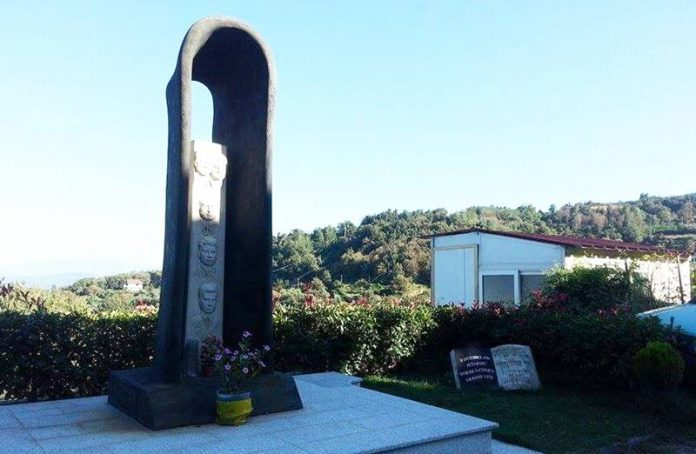 Il monumento in ricordo delle vittime