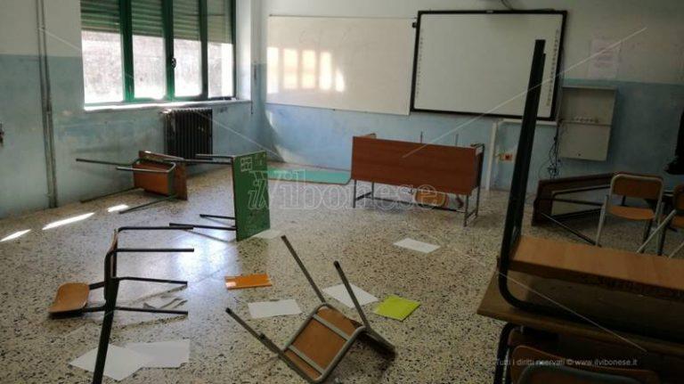 Raid vandalico al Liceo scientifico di Soriano: aule e arredi devastati – Foto-Video