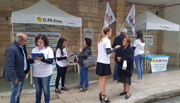 I volontari dell'Udicon davanti allo Jazzolino