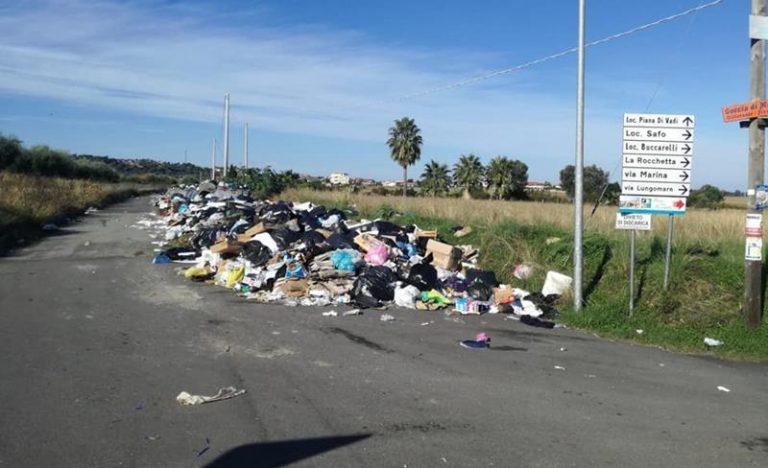 Emergenza rifiuti a Briatico, intere zone sommerse dalla spazzatura