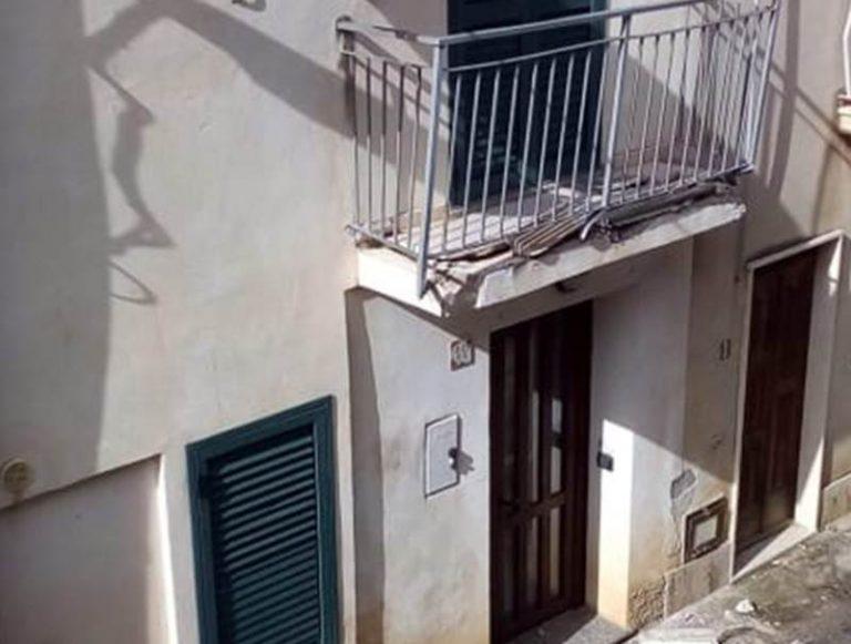 Camion attraversa nella notte Coccorino e causa danni ad un balcone