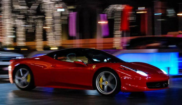 """La Ferrari romba a Vibo, """"La notte della Rossa"""" apre le festività natalizie"""