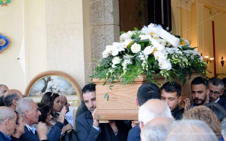 Nicotera omaggia Stefano Piperno, l'insegnante dei migranti ucciso e poi bruciato – Video