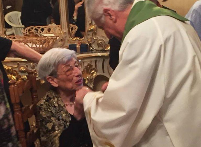 Vibo, nel pieno delle sue facoltà chiede l'Estrema unzione al Papa e la festeggia con 70 invitati