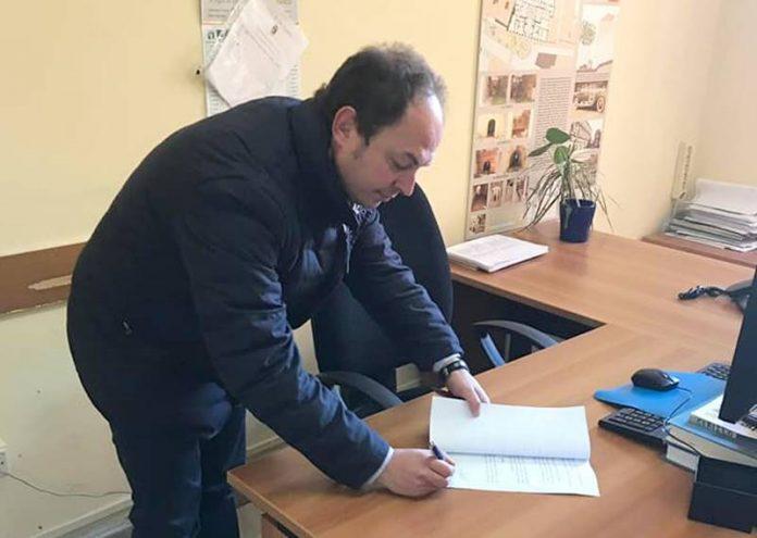 Russo firma la mozione di sfiducia