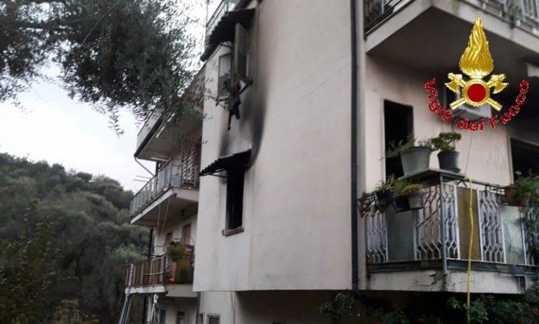 Fiamme in un appartamento di Gerocarne, provvidenziale intervento dei vigili del fuoco