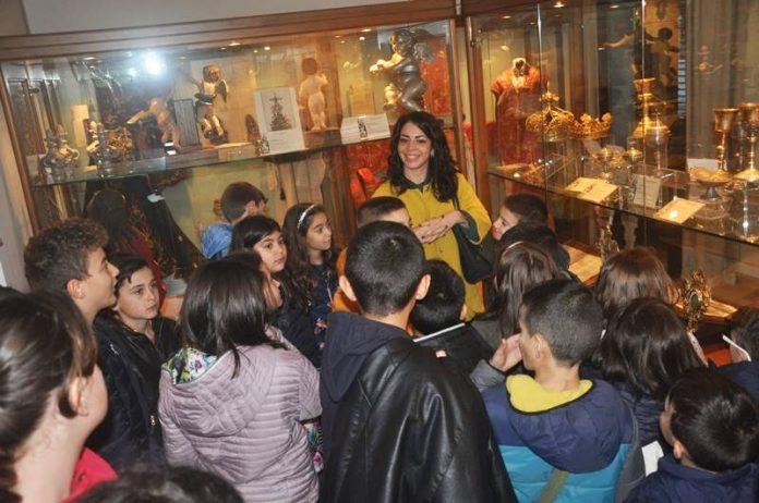 Gli scolari nel museo