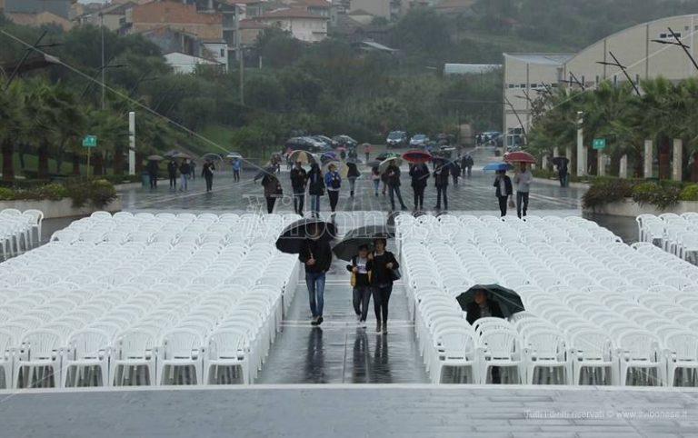 Anniversario morte di Natuzza, pioggia e diatribe tengono i fedeli lontani da Paravati – Video