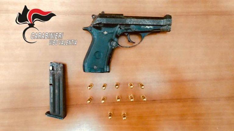 Pistola sul parapetto della terrazza, minorenne arrestato nel Vibonese